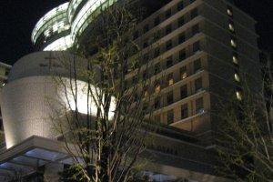 Отель в Осаке с просторными ванными на крыше