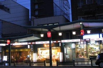 Вечером магазины Гион Сидзё ярко светятся