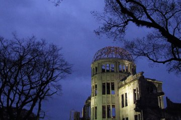 Вечерняя подсветка остова здания
