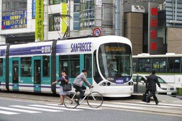 Трамвай Хиросимы довольно футуристический!