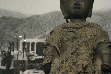 Покалеченные скульптуры храма