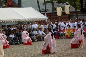 Nagoshi women dancers during Sumiyoshi Festival