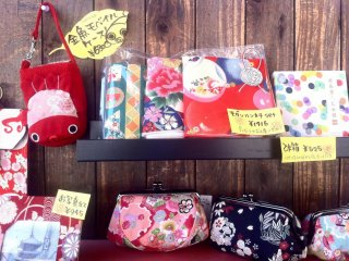 Handbags and accessories from 500 yen at one of the many handicraft stores on Sannenzaka Kyoto