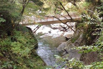 บนเส้นทางเดินป่าจะมีสะพานอยู่สองสามแห่ง ที่ซึ่งคุณสามารถหยุดถ่ายภาพแม่น้ำ เก็บไว้ดูเล่น