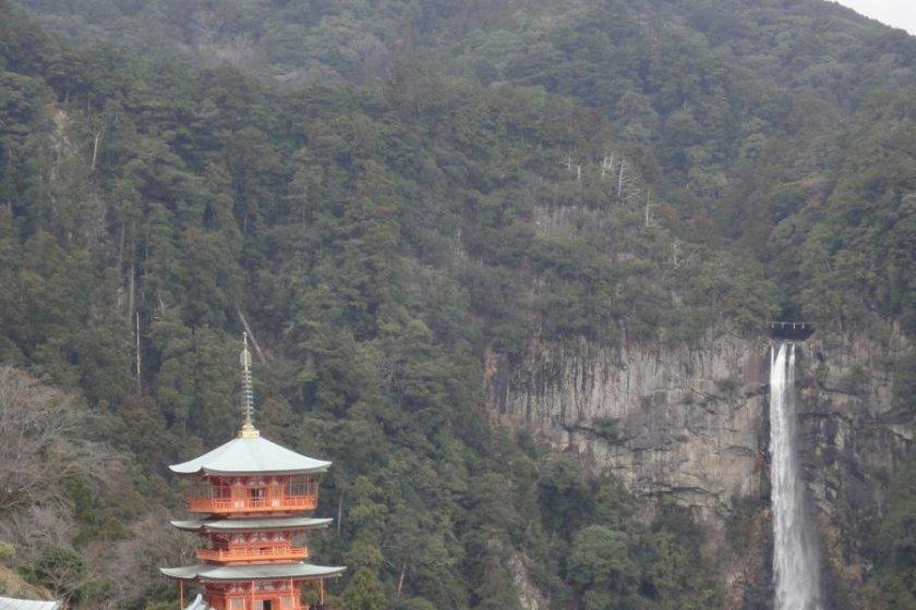 La pagode et la chute d'eau en arrière-plan