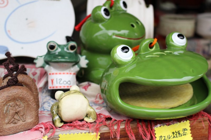 Frog ornaments are sold in the shops as a tribute to the Kajika frogs that populated Nawate Street in the past