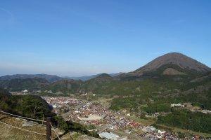 Призамковый город и гора Аоно
