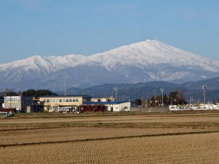 By November, the mountains are covered with snow, reminding people that it's only a matter of time before winter properly arrives! This is Mount Chokai, Yamagata's highest mountain.
