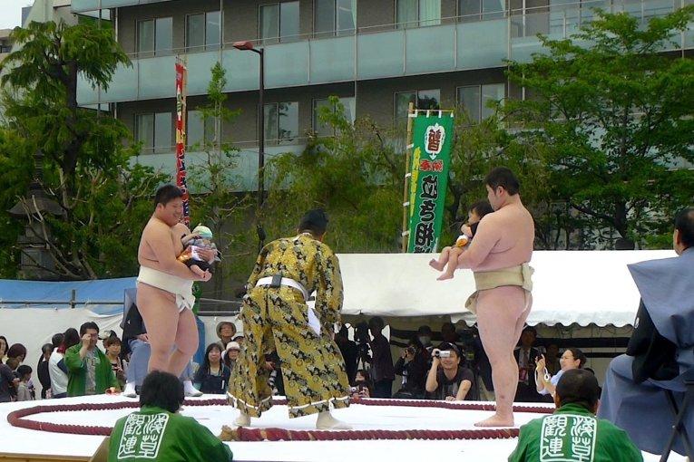 เทศกาล Nakizumo ที่วัดเซ็นโซะจิ
