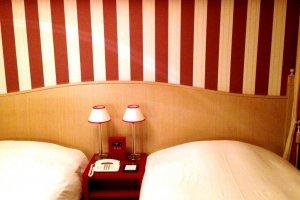 ห้องพักคาดลายลูกกวาดเก๋และสดใสในลักษณะแบบอังกฤษที่แปลกตาที่โรงแรมมอนเทอเร่ย์ เกียวโต