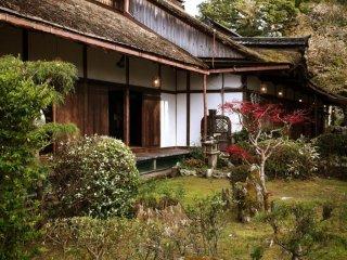Nơi mà Yoshitsune chạy trốn khỏi anh trai của mình, rời bỏ người yêu của mình, và Hideyoshi đã phá vỡ những bữa tiệc thưởng hoa hanami. Đền Yoshimizu