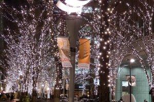 Penuh dengan ribuan lampu LED berwarna, iluminasi ini sangat mengagumkan