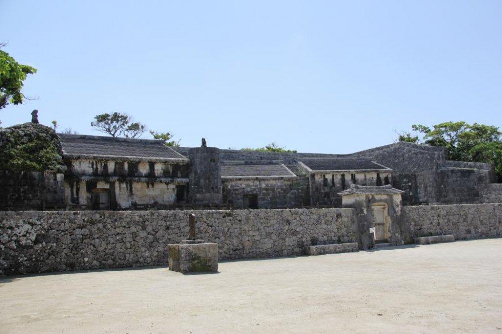 Вид на Тамаудун снаружи двух его дворов