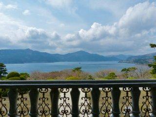 湖畔展望館2階からの芦ノ湖の眺め