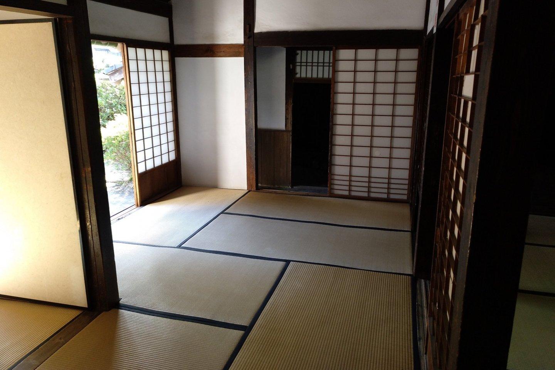 As casas de estilo tradicional, com o chão em \