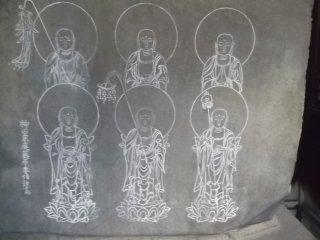 Enam gambar Budha yang dipahat di batu besar yang ada pada altar