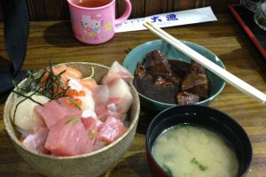 Seafood rice bowl, miso soup, and stewed tuna for 640 yen