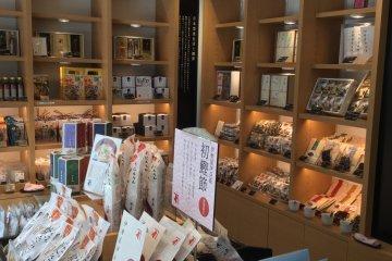 ผลิตภัณฑ์คัตซึตโอะบุชิหลากหลายชนิด ห่ออย่างสวยงาม