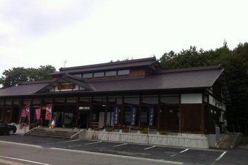 "Souvenir shop ""Magogoro Kobo"" in front of Mamurogawa Spa"