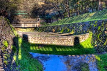 사야마 공원으로 내려가는 오버플로우 운하