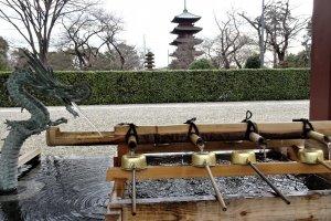 บ่อน้ำสำหรับให้ล้างมือทำความสะอาดก่อนเข้าวัด กับเจดีย์ห้าชั้นที่เก่าแก่ที่สุดในโตเกียว