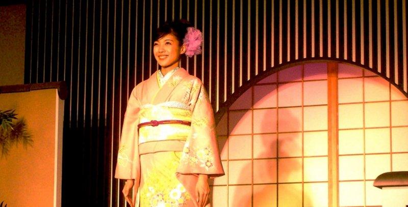 В Текстильном Центре Нисидзин школа искусств Ринпа вдохновлялась цветочными пастельными мотивами Нихонга на показах кимоно