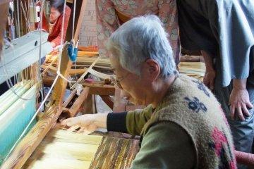 Понаблюдайте за работой ткачей в Центре Нисидзин