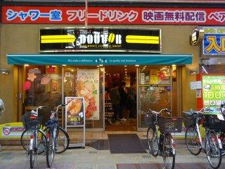 แหล่งรวมสินค้าและร้านอาหารนานาชนิด