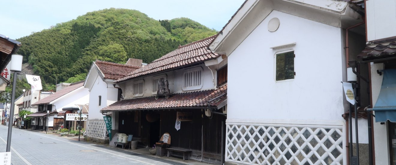 The only sake brewery with a two sake-gura (sake warehouse). The right one is used as an art-gallery for events