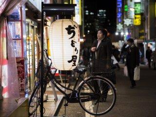 В переулках Акихабары мягкий свет фонарей притягивает внимание