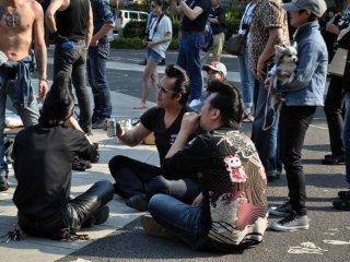 Những vũ công còn lại ngồi uống bia dưới ánh nắng Mặt Trời
