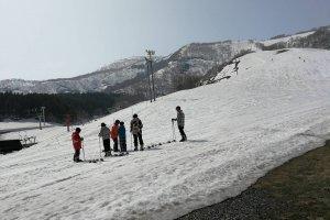 ครูข้าวรีกับกลุ่มเด็กไทยบนลานหิมะ