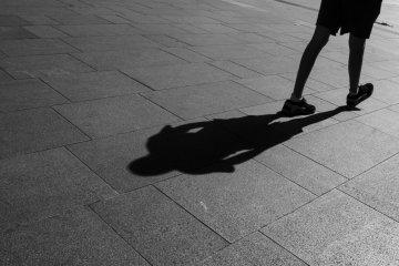 Когда солнце ярче всего, на любой улице можно увидеть такие резкие тени, так что воспользуйтесь этим и сделайте хороший кадр