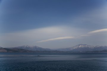 Естественное освещение на озере Тадзава в Аките дает на фото почти однородный синий цвет