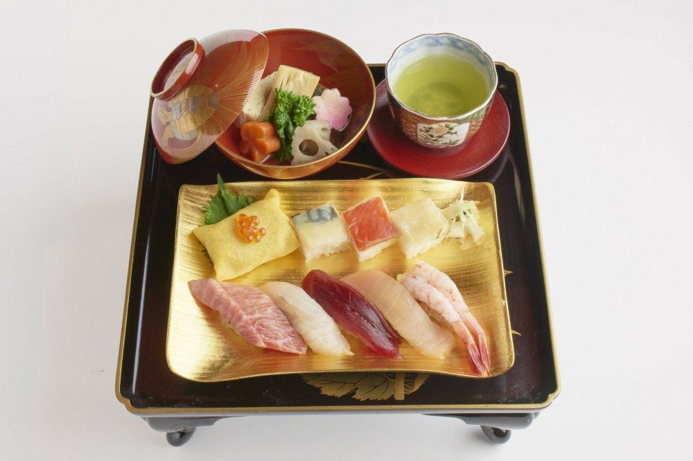 ซูชิที่จัดตกแต่งอย่างงดงาม จัดสรรอย่างพิถีพิถันตามข้อแนะแำของ Blue Seafood Guide