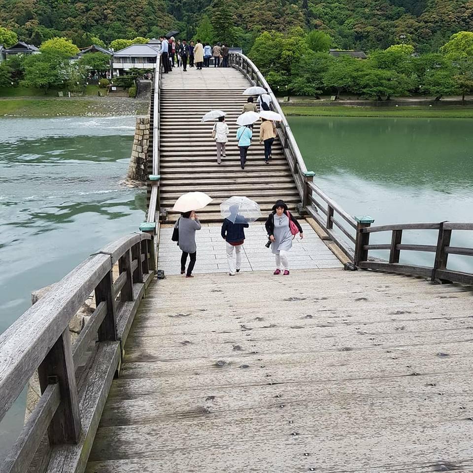 แม้ว่าต้องเสียค่าธรรมเนียมในการเดินชมบนสะพาน แต่ก็สวยคุ้มค่าเงินจริงๆ
