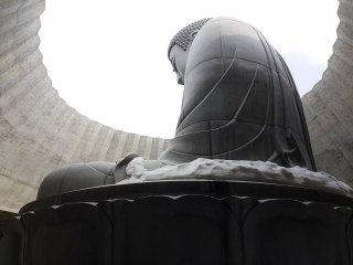 พระพุทธรูปอะตะมะ ไดบุตซึต (Atama Daibutsu) สูง 13.5 เมตร และมีน้ำหนัก1500 ตัน
