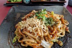 Yakiudon d'Hiroshima, débordantes de légumes