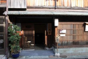 Entrance to Higashi Ochaya