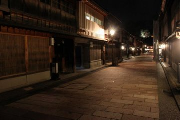 Higashi Ochaya at night