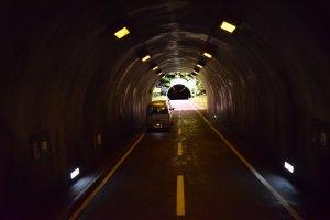 'Đường hầm' của Leandro Erlich là một tác phẩm nghệ thuật đánh lừa thị giác - rất đáng xem!