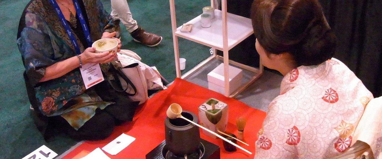 Rie Takeda, người sáng lập Chazen, đang phục vụ trà cho du khách tại Triển lãm Trà Thế giới (Mỹ)