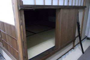 Lối vào nijiriguchi thực tế (chỗ trườn vào) để vào phòng trà ở Chazen