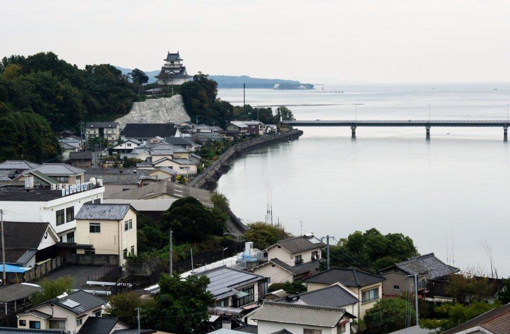 Замок Кицуки возвышается над городом