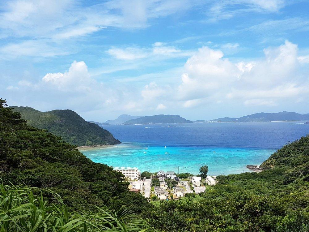 Dari atas gunung, Pantai Tokashiki memang terlihat seperti sebuah pantai impian