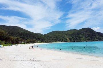 หาดทรายขาวและน้ำทะเลใสดั่งคริสตัล