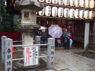 People stopping by the chouzuya (purification pavilion) to do the cleansing ritual.