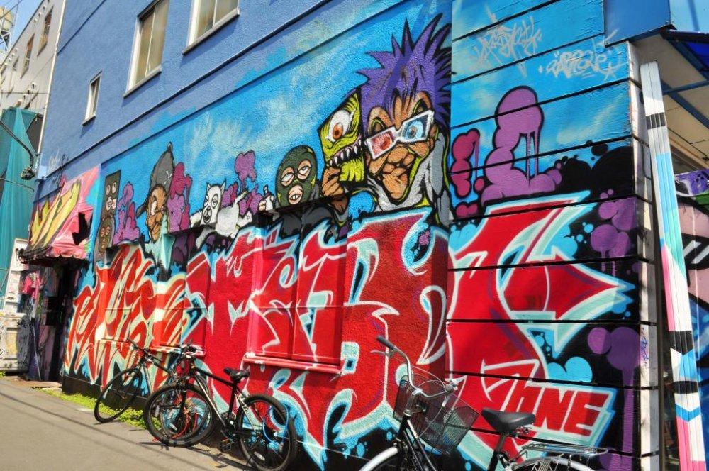 マンハッタンレコードの建物のそばに、見事に作られたストリートアート