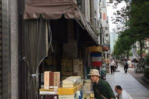 Nhiều cửa hàng còn có cả một góc riêng bán các loại sách tiếng Anh