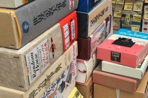 Nhìn kìa - quyển từ điển Shougakkan to lớn này đang đợi một học sinh nghiêm túc của môn tiếng Nhật rước nó về!